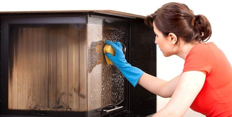Чим очистити дверцята каміна від сажі та кіптяви?